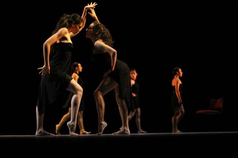 El escenario del Centro Cultural se llenará con bailarines participando en el programa de 'Uno, dos, tres, cuatro', el viernes por la noche, en Nuevo Laredo, México. (Foto de cortesía)
