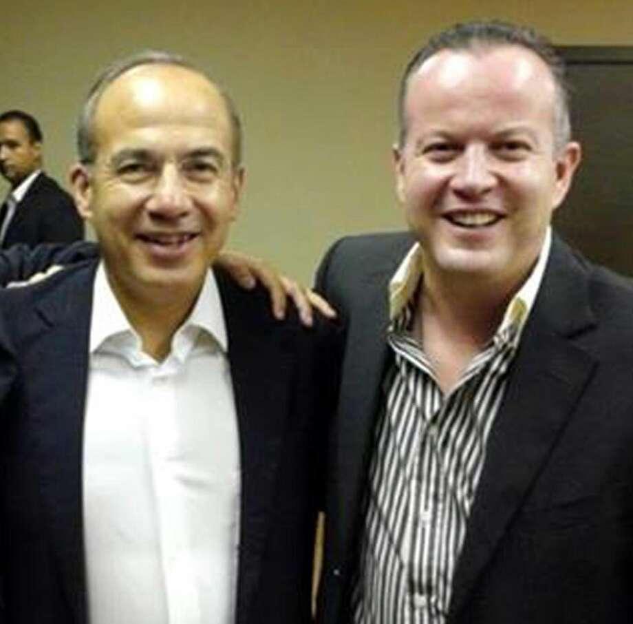 El Presidente Electo de Nuevo Laredo, México, Carlos Canturosas Villarreal, a la derecha, salud al ex Presidente de México, Felipe Calderón Hinojosa, durante su visita a Laredo, como invita especial de la Fundación STAR.