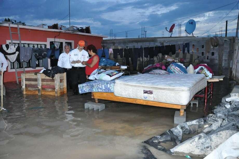 La imagen muestra a autoridades municipales, encabezadas por el Presidente Municipal de Nuevo Laredo, México, durante un recorrido durante la zona afectada por la lluvia, el fin de semana. (Foto de cortesía)