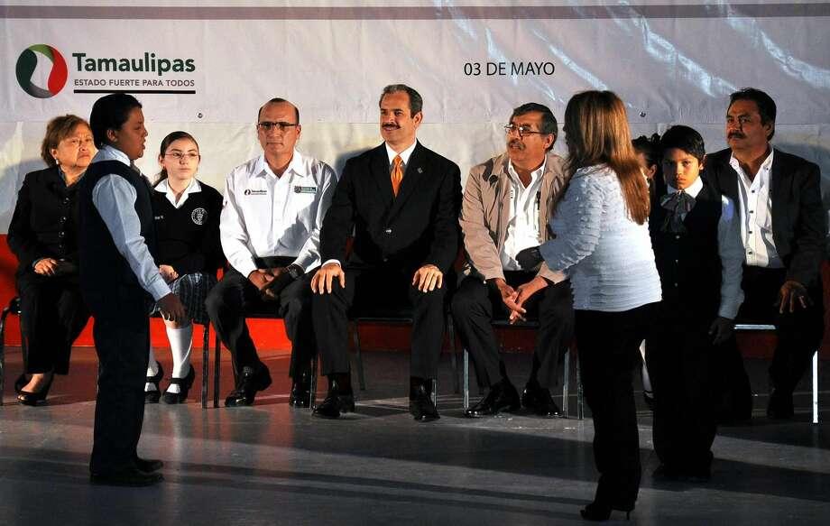 """Autoridades escuchan conforme alumnos otorgaban un mensaje durante una ceremonia para elegir """"Gobernador"""" y """"DiIputado"""" escolar, el viernes, en Nuevo Laredo, México. (Foto de cortesía)"""