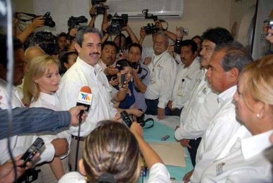 Laredo Morning TimesCandidato del PRI a la Presidencia Municipal de Nuevo Laredo Benjamín Galván Gómez, al centro, cumplió con el trámite oficial.