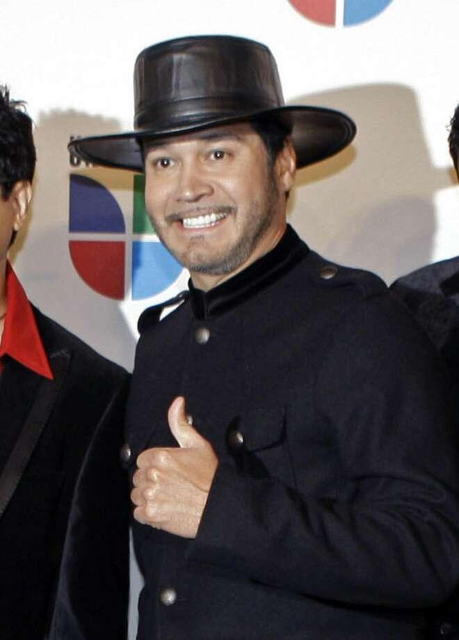 Oscar De La Rosa, vocalista de La Mafia, en una foto de archivo del 2008. De La Rosa y su chofer sufrieron un ataque en Houston. (Foto por LM Otero/LMT)