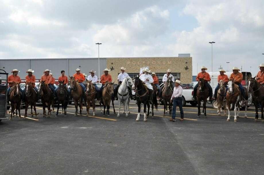 El fin de semana un grupo de cabalgantes recorrieron diversas calles de Nuevo Laredo, México. (Foto de cortesía)