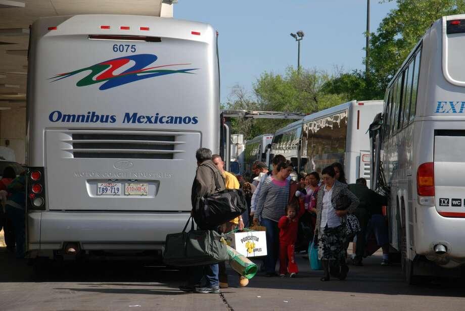 Laredo Morning TimesTuristas mexicanos esperan en ocasiones más de cuatro horas para tramitar su permiso de internación a los EU. Esto pudiera disminuir o bien recibir apoyo para que sea creada una terminal donde las familias puedan atenderse, si es aprobado un proyecto de ley en el Senado.