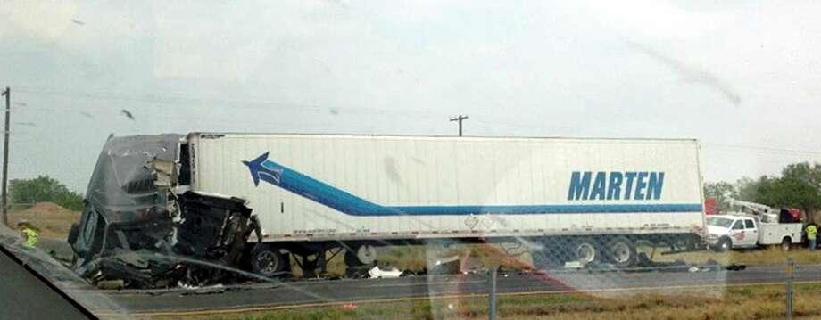 La imagen de cortesía muestra a uno de los dos tracto-camiones que participaran en un choque el miércoles por la tarde, sobre la Carretera Interestatal 35. (Foto de cortesía/Robert Garza)