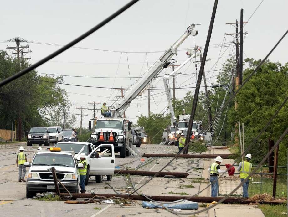 Personal de servicios intentan restaurar la energía eléctrica, el jueves, en Cleburne, Texas. Tornatos azotaron la zona norte de Texas durante la noche, dejando al menos seis personas sin vida.Foto por Michael Ainsworth/The Dallas Morning News/AP)