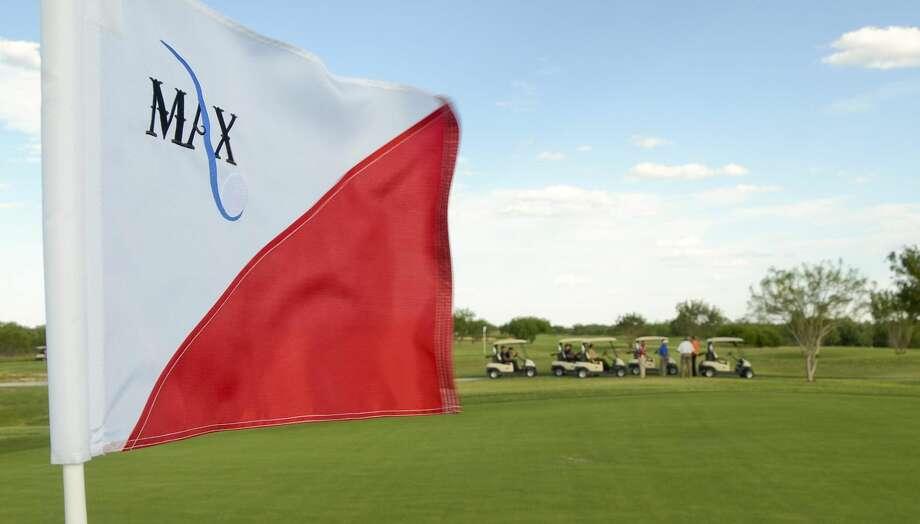 Un grupo de invitados es guiado para conocer el Campo de Golf Municipal 'Max A. Mandel'. Encargados de 'The Max' están ofreciendo clases de golf. (Foto archivo/LMT)