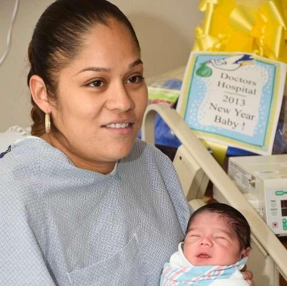María Hernández sostiene a su hijo recién nacido Marcos Hernández el martes por la tarde en Doctors Hospital. Marcos fue el primer bebé en nacer en Año Nuevo en el Hospital. holds her newborn son Marcos Hernandez Tuesday afternoon at Doctor's Hospital. Marcos, was the first baby born in the new year at Doctor's Hospital.
