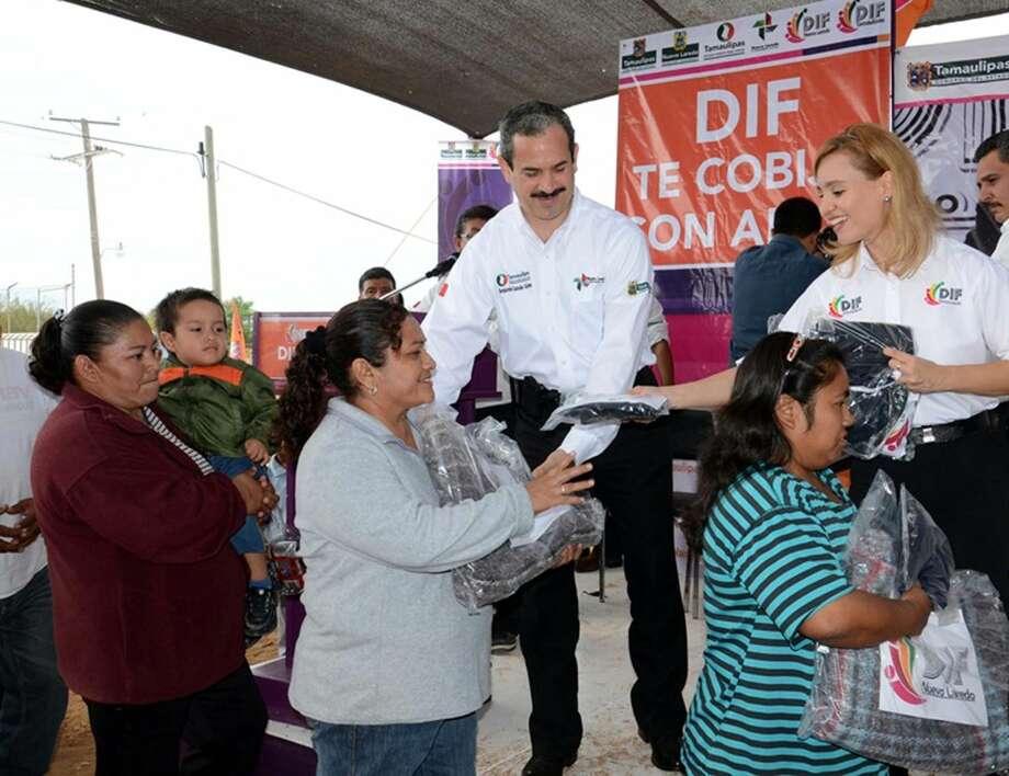 Más de 1.000 familias que viven en el Kilómetro 13 de la Carretera Nacional hacen fila para recibir material para protegerse del clima frío, de manos del Presidente Municipal de Nuevo Laredo, México, Benjamín Galván, y la presidenta del DIF, Martha Alicia Aldapa.