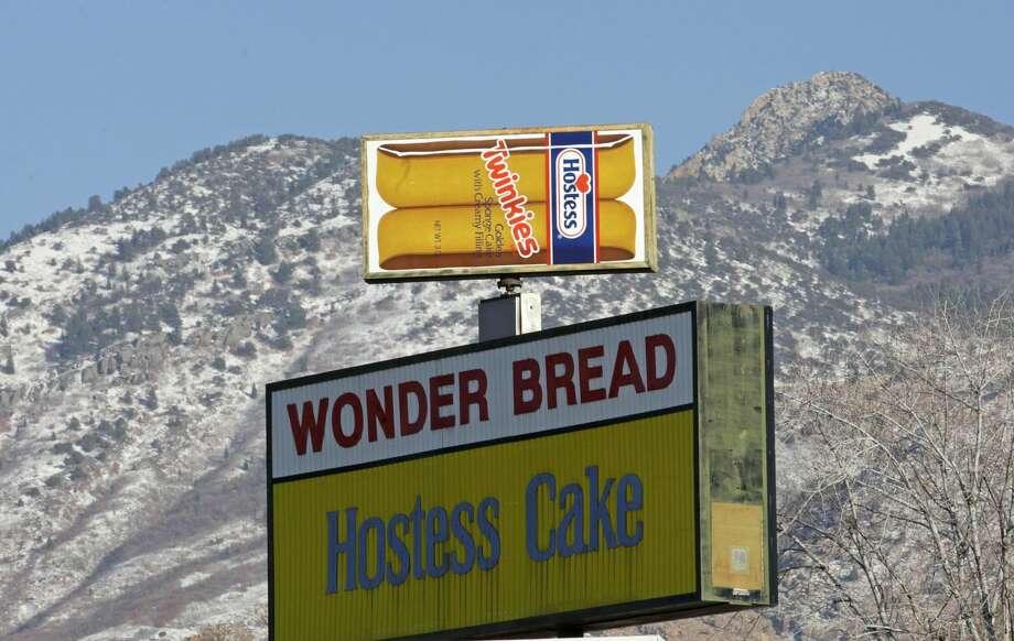 Un anuncio de los pastelillos Twinkies, del fabricante Hostess Brands, en la fábrica de la empresa en Ogden, Utah. Hostess, fabricante de los Twinkies, el pan Wonder y otras marcas, anunció el viernes 16 de noviembre de 2012 que está por cerrar sus operaciones, despedir a miles de trabajadores y vender sus activos, entre ellos sus marcas. (Foto AP/Rick Bowmer)
