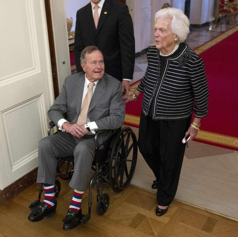 El ex Presidente George H.W. Bush, left, y su esposa, ex primera dama Barbara Bush, durante una visita a la Casa Blanca, en mayo de este año. (Foto por Pablo Martinez Monsivais/AP)