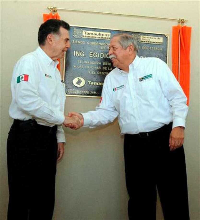 El Gobernador de Tamaulipas, Egidio Torre Cantú, saluda al Secretario de Salud del Estado, Norberto Treviño García Manzo, tras la ceremonia de inauguración del nuevo Centro de Salud y edificio de la Jurisdicción Sanitaria No. V en Nuevo Laredo, México, el lunes.