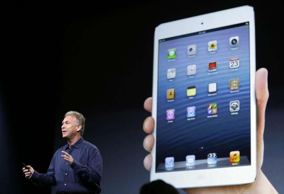 Phil Schiller, vicepresidente en jefe de mercado de producto para Apple a nivel mundial, habla frente a una imagen del iPad Mini en San José, California, el martes 23 de octubre de 2012.(AP foto/Marcio José)