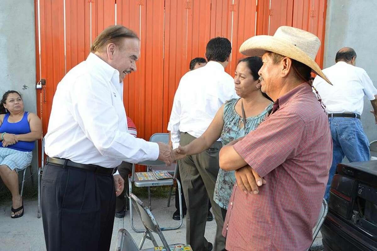 El candidato del PT a la Presidencia Municipal de Nuevo Laredo, México, Jorge Ramírez Rubio, saluda a un matrimonio residente en la Colonia Benito Juárez-Fovissste. (Foto de cortesía)