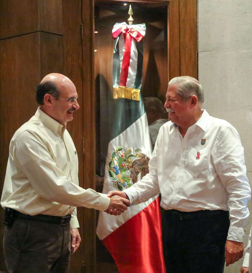 Momento en que el Gobernador de Tamaulipas, Egidio Torre Cantú hizo entrega del nombramiento de titular estatal del ITAVU a Carlos Montiel Saeb. (Foto de cortesía)