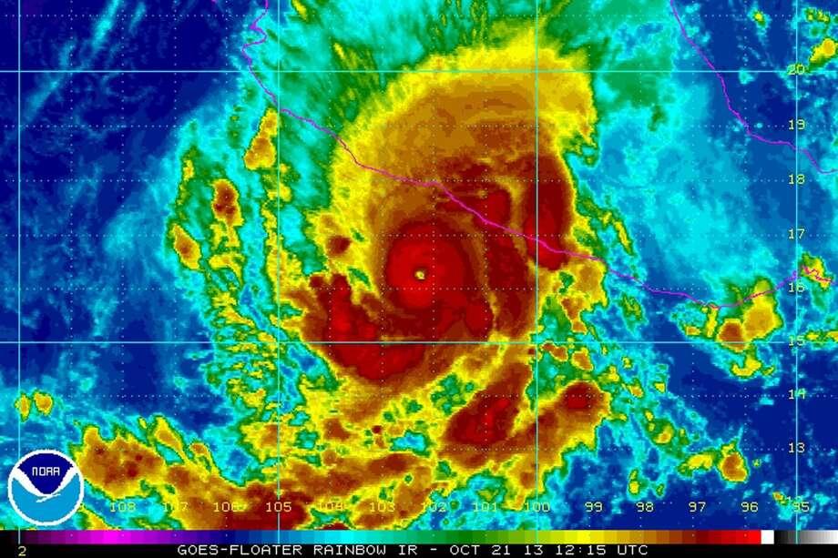 Esta imagen de satélite del lunes de la Agencia Nacional de los Océanos y la Atmósfera (NOAA, por sus siglas en inglés) muestra al huracán Raymond sobre el Océano Pacífico frente a la costa de México. (Foto por NOAA/AP)