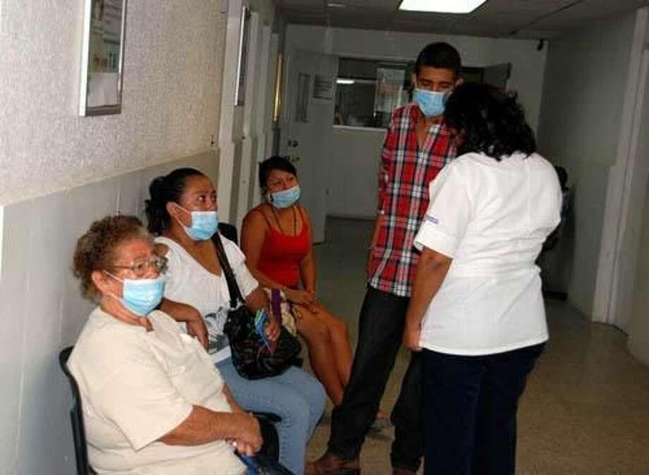 Foto de cortesíaUna enfermera de la oficina de Tuberculosis en la Jurisdicción Sanitaria No. V de Nuevo Laredo, México, toma los datos de pacientes, posibles casos de tuberculosis, quienes deben utilizar tapa bocas como obligación.
