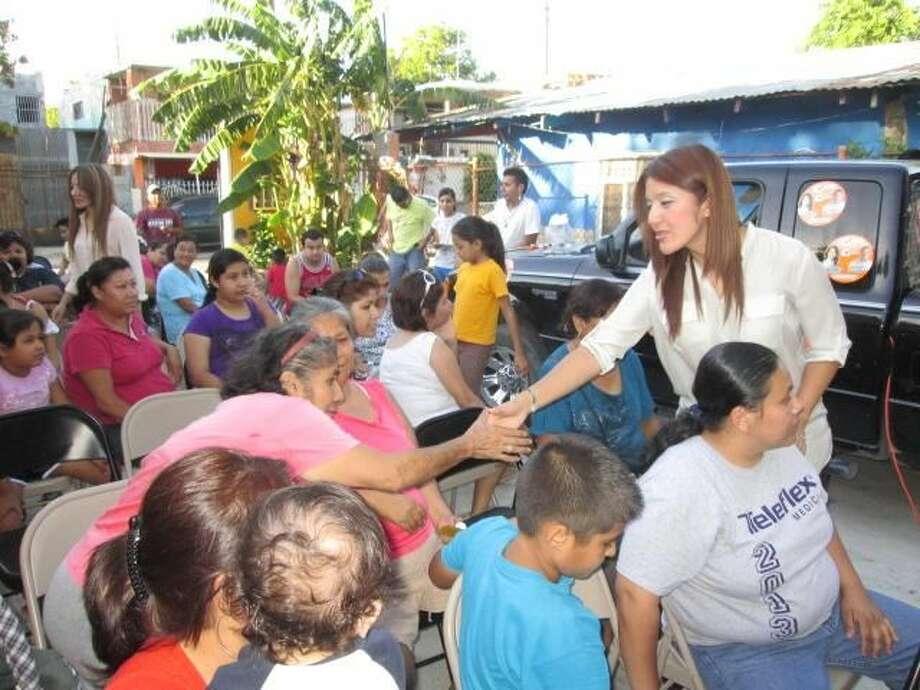 Diana Chavira, candidata del partido Movimiento Ciudadano a la Diputación Local, durante una visita a la Colonia Viveros. (Foto de cortesía)