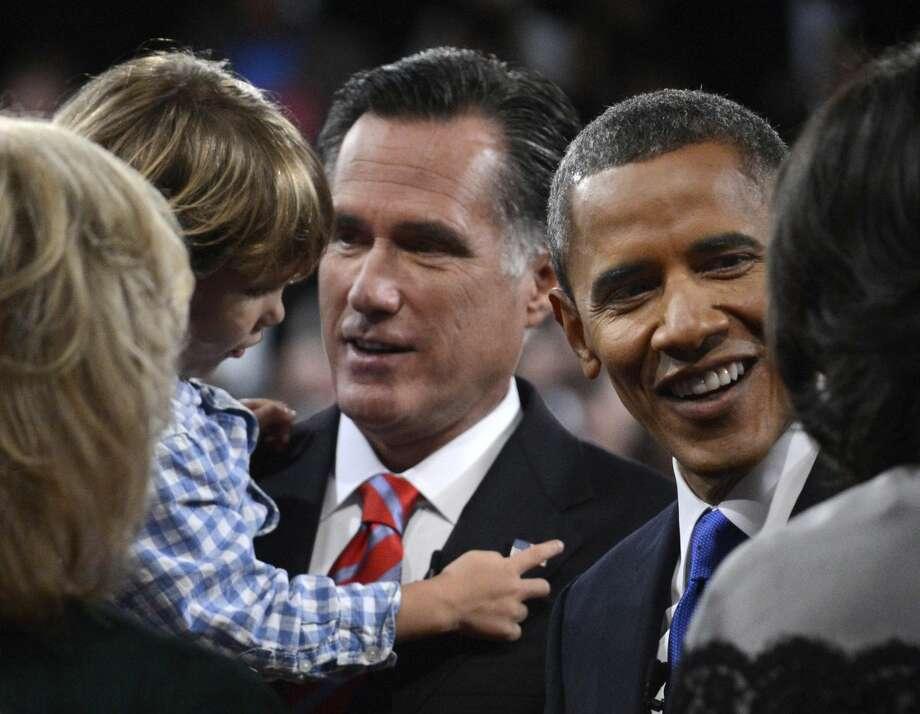 El presidente Barack Obama y el candidato presidencial republicano Mitt Romney saludan a sus familiares después del tercer debate presidencial en la Universidad Lynn el lunes 22 de octubre. en Boca Raton, Forida. (Foto AP/Pool-Michael Reynolds)