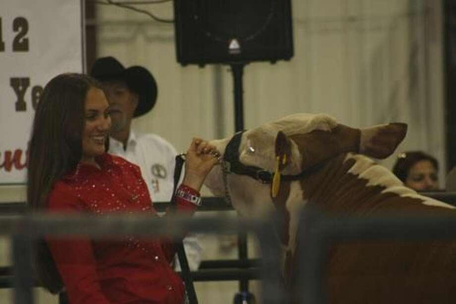 Foto de cortesíaBonnie Tijerina, de 14 años de edad, junto a su novillo durante la Feria y Exposición Internacional de Laredo (LI.F.E) 2012. La joven donó las ganancias de la venta de su novillo al Banco de Alimentos del Sur de Texas.