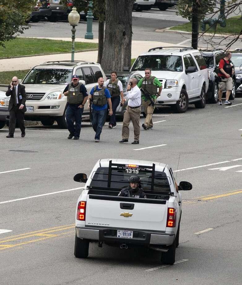 Agentes policiacos y federales llegan al lugar donde ocurriera una balacera, sobre avenida Constitution en Capitol Hill y cerca de la Corte Suprema en Washington, el jueves. (Foto por J. Scott Applewhite/Associated Pres)