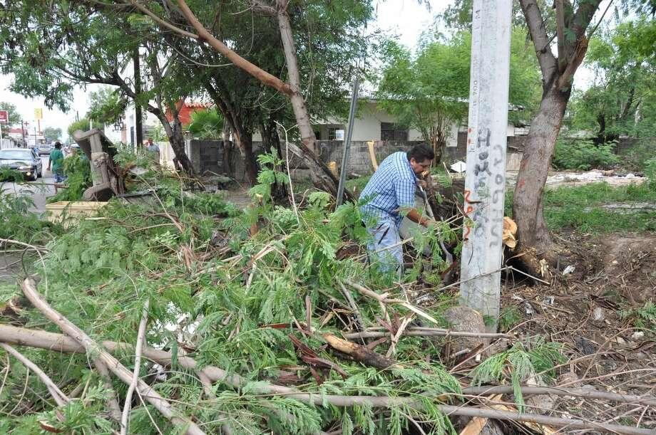 Familias y empleados municipales iniciaron actividades de limpieza de calles y terrenos baldíos en las colonias Viveros y Victoria. (Foto de cortesía)