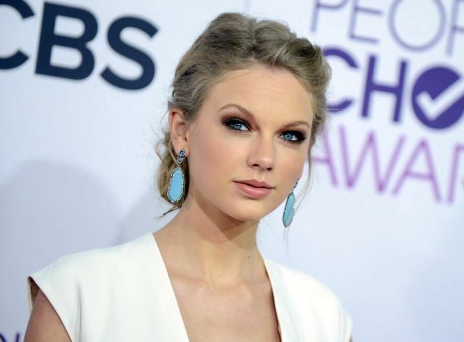 "This Jan. 9, 2013 file photo shows Taylor Swift at the People's Choice Awards at the Nokia Theatre in Los Angeles. A new girl is coming to Fox's ""New Girl"": Taylor Swift. A representative for the Grammy-winning singer said Thursday, March 28, 2013, that Swift will appear on the May 14 season finale of the hit show. (Photo by Jordan Strauss/Invision/AP, file)"