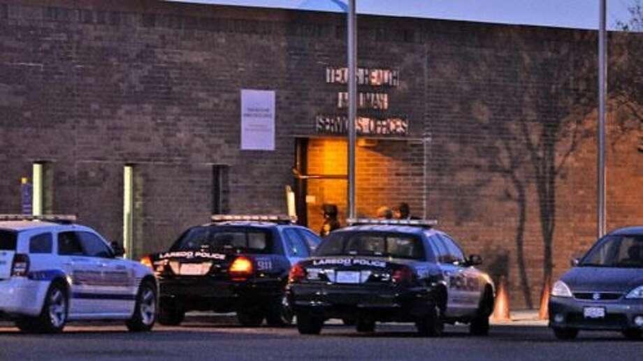 Patrullas cerraron la circulación por Lake Casa Blanca Road, donde se ubican las oficinas del Departamento de Salud y Servicios Humanos.
