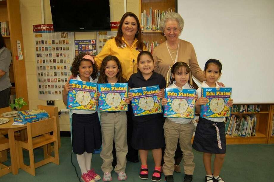 Kinder students at Newman Elementary received a box of EduPlates from local businesswoman Peggy Newman Wednesday. EduPlates are a set of serving plates that creatively introduce the alphabet, numbers, words and phrases to students. Pictured left to right: Carolina Rivera, Karen Ponce, Meena Castaneda, Brandy Sauceda, and Sofia Aranda. Back row, from left to right, are: Newman Elementary Principal Leticia Garcia, and Peggy Newman. (Courtesy photo)