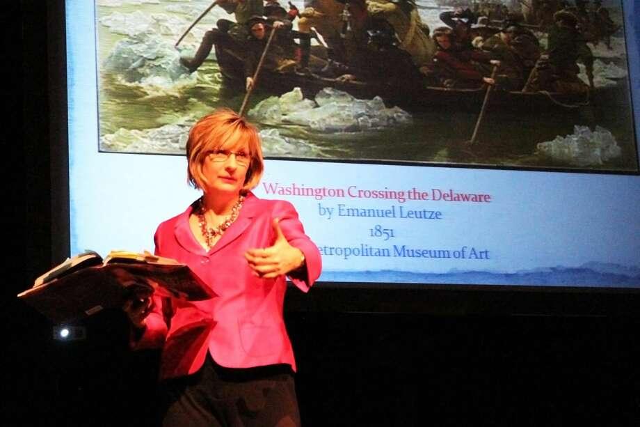 """La escritora Carla Killough McClafferty durante la explicación de su libro """"The Many Faces of George Washington: Remaking a Presidential Icon"""", en LCC, esta semana. (Foto de cortesía)"""
