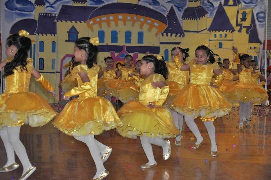 Alumnas participan en el concurso de Rondas Infantiles, en Nuevo Laredo, México, el martes. (Foto de cortesía)