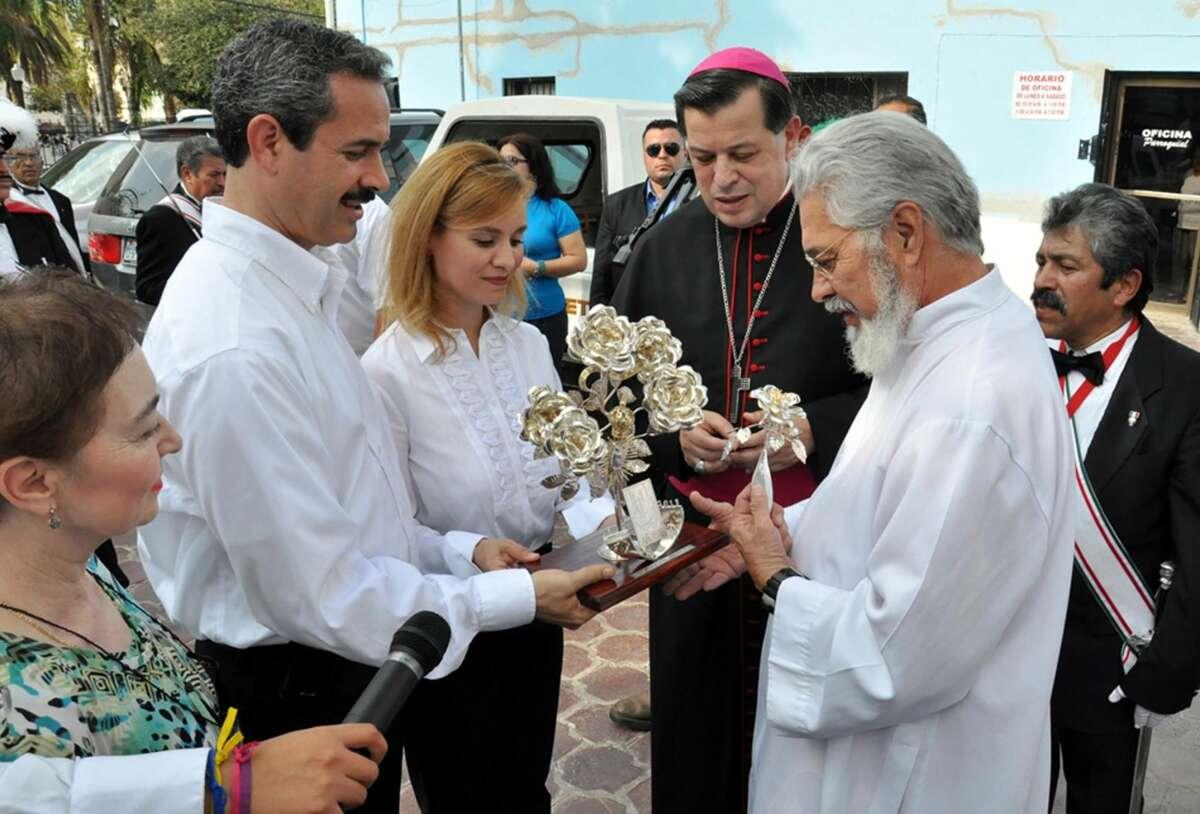 El Presidente Municipal de Nuevo Laredo, México, Benjamín Galván Gómez, y su esposa, Martha Alicia Aldapa, entregan