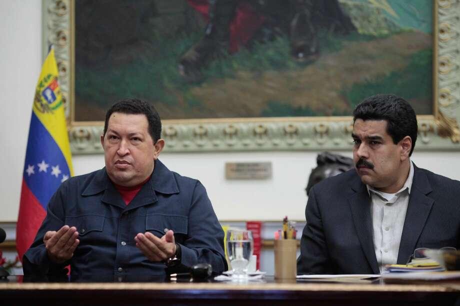 En esta foto de archivo del 8 de diciembre de 2012, difundida por el Palacio de Miraflores, el presidente venezolano Hugo Chávez habla acompañado por su vicepresidente Nicolás Maduro en el palacio presidencial en Caracas. (AP Foto/Miraflores Press Office, Marcelo Garcia, File)