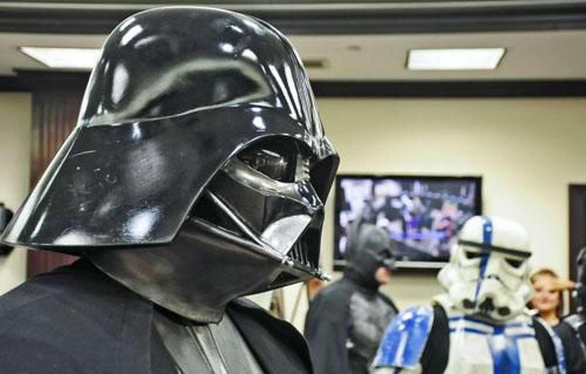 Un hombre vestido como Darth Vader atiende a los medios de comunicación durante la conferencia de prensa donde se anunció la South Texas Collector Expo.