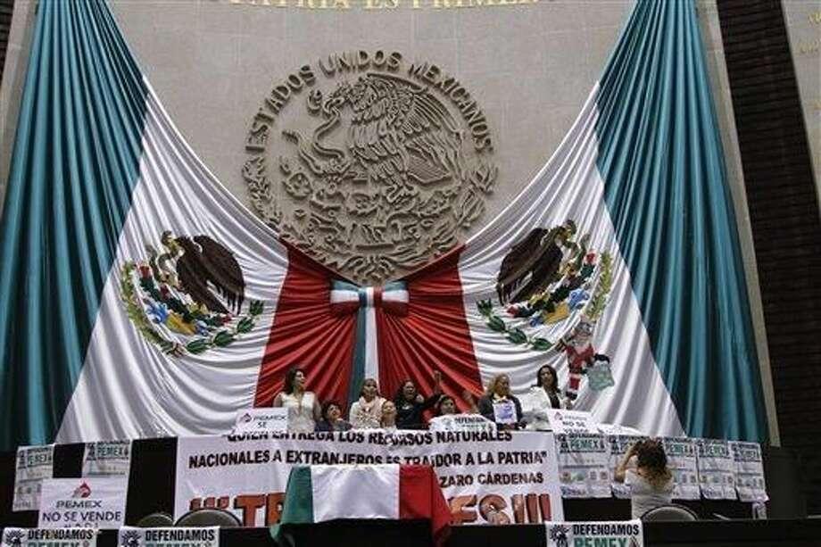 Senadores de oposición ocuparon el estrado del Congreso Nacional Mexicano, a manera de protesta en contra de la recientemente aprobada reforma energética. Foto por Marco Ugarte