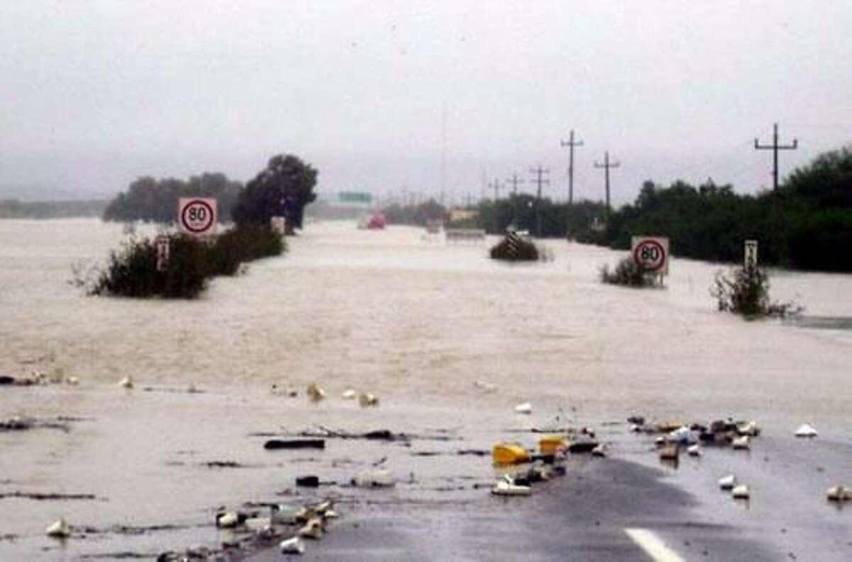 Vicente Rangel Hernández Paisanos se encuentran varados en el Kilómetro 26 de la Carretera Nacional, debido al desbordamiento del Río Salado.