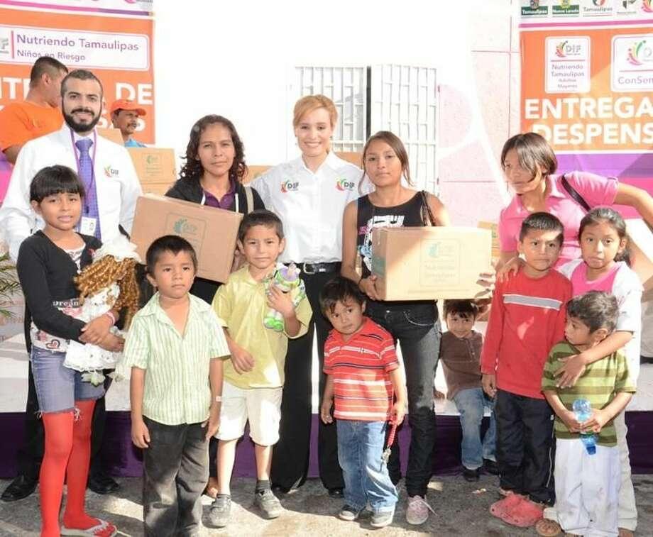 """Familias, niños y adultos mayores, recibieron despensas esta semana de parte del programa """"Nutriendo a Tamaulipas"""" en las instalaciones del Sistema DIF Tamaulipas. (Foto de cortesía/Gobierno de Nuevo Laredo)"""