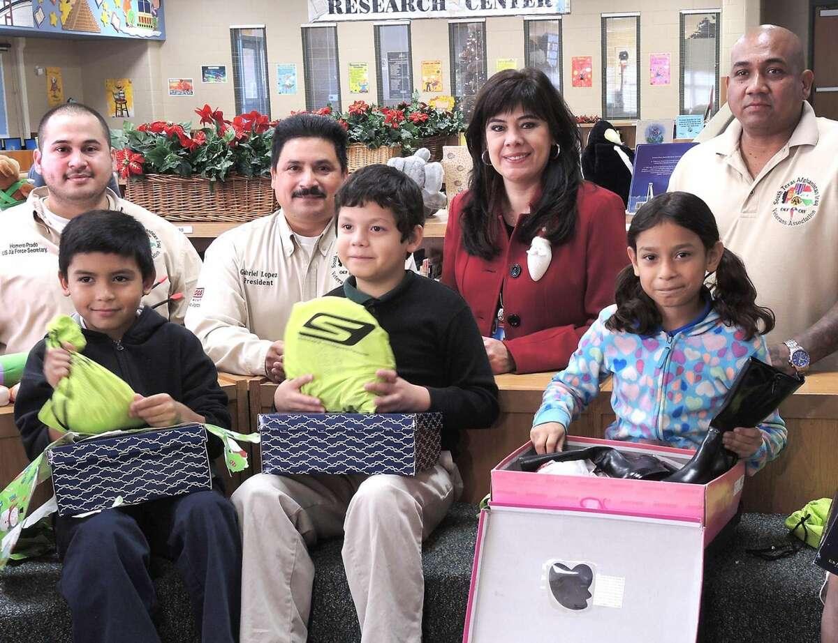 Un grupo de estudiantes de Santo Nino Elementary recibieron pares de zapatos nuevos, calcetines, bolsitas de dulce, por parte de los miembros de la Asociación de Veteranos de Afganistán e Irak del Sur de Texas, cuando visitaron la escuela el martes por la mañana como parte de la Operación