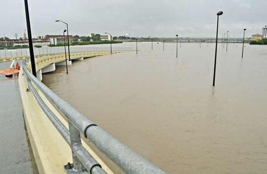 El camino de acceso, a un costado del Puente II, y que pasa por debajo del Puente I, también quedó bajo el agua, el jueves por la mañana.