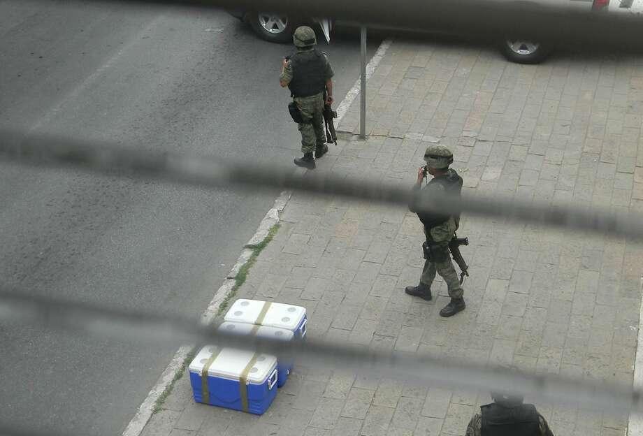 En Nuevo Laredo, México ha disminuido el nivel de violencia, sin embargo, siguen ocurriendo algunos enfrentamientos entre autoridades y hombres armados entre otros sucesos.