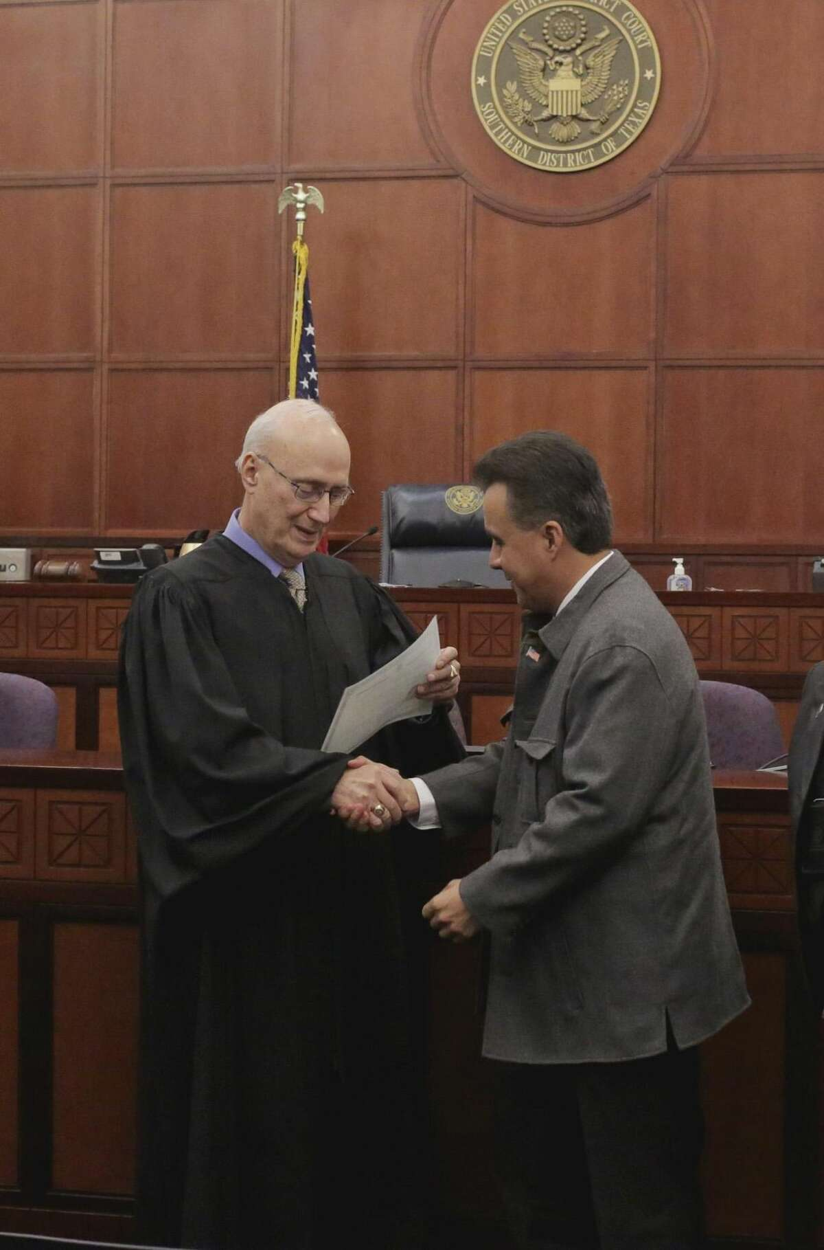 Eusebio San Miguel en felicitado por el Juez de Distrito de EU, George P. Kazen, antes de recibir su Certificado de Naturalización de EU, en la Corte Federal de Laredo, el viernes por la tarde. Foto por Victor Strife