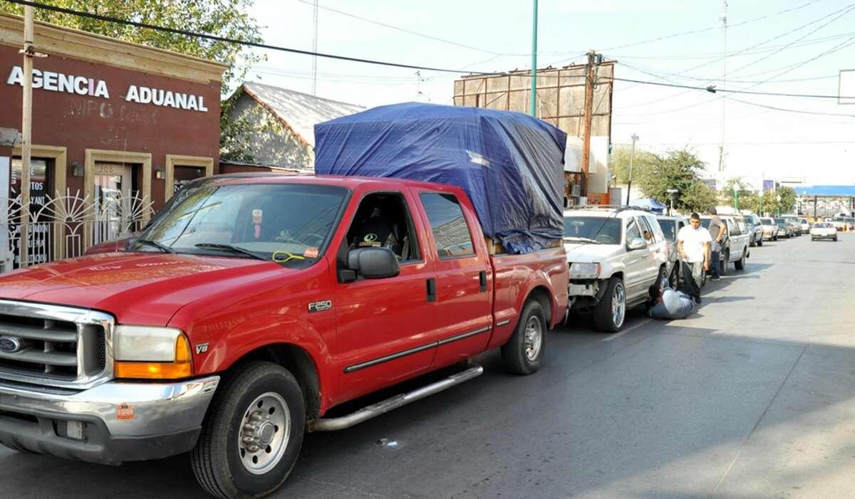 Paisanos que cruzan por esta frontera reciben atención por parte de personal del Departamento de Protección Civil y Bomberos en Nuevo Laredo, México. (Foto de cortesía)