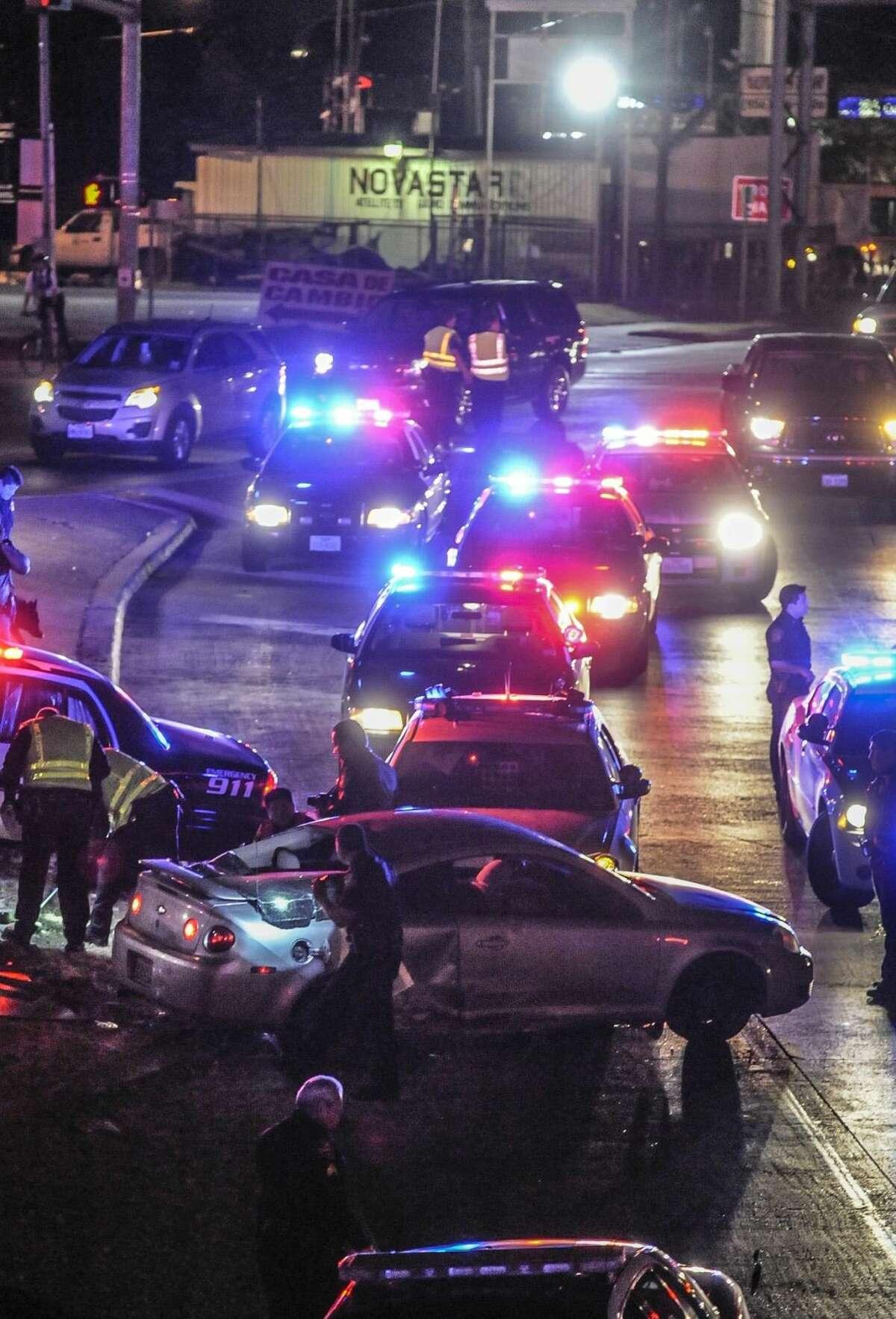 Una persecución policíaca concluyó a alrededor de las 7:30 p.m. del martes, después de que un hombre que huía de las autoridades perdiera el control del vehículo y se impactara con una unidad de policía cerca de I-35 y calle Victoria. Foto por Danny Zaragoza
