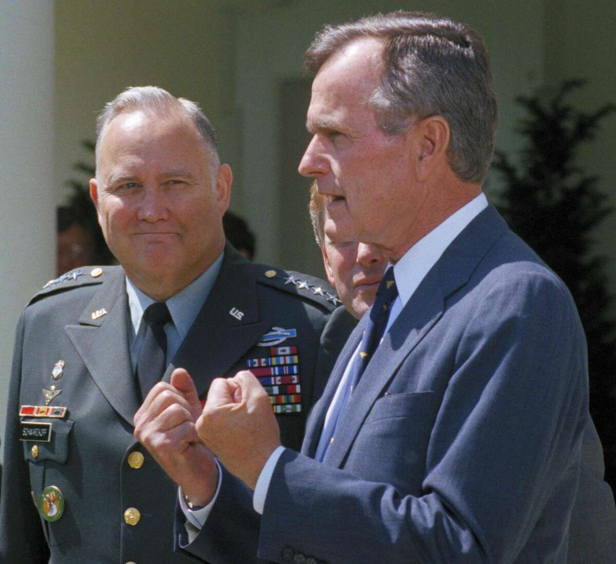 El general Norman Schwarkopf, a la izquierda, asiste a una conferencia de prensa con el presidente George Bush en la Casa Blanca en Washington, en esta foto de archivo del 23 de abril de 1991. Schwarzkopf, ya retirado, murió el jueves en Tampa, Florida. Tenía 78 años. Schwarkopf fue el comandante en jefe de la coalici�n internacional que expulsó a las fuerzas de Saddam Hussein de Kuwait en 1991. (AP Foto/Barry Thumma)