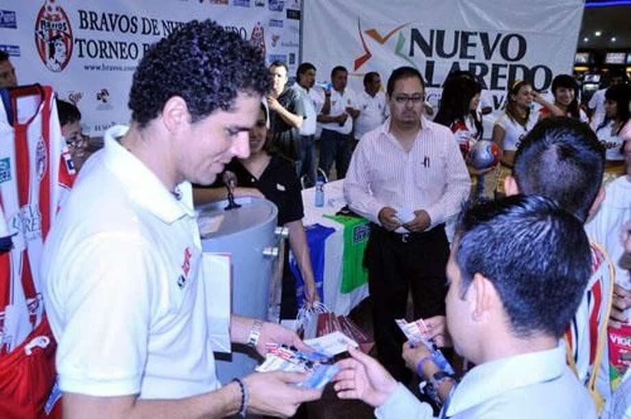 Jugadores de los Bravos de Nuevo Laredo aprovecharon la presentación del equipo para firmar autógrafos y saludar a su afición en Nuevo Laredo.