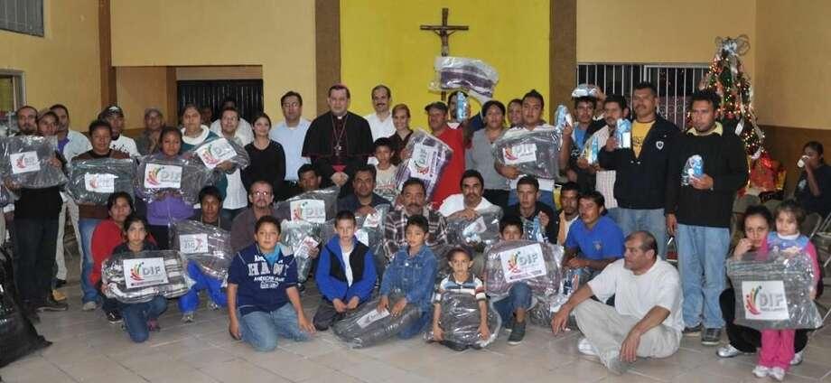 Residentes de la Casa del Migrante 'Nazareth' muestran parte del material donado por el Gobierno de Nuevo Laredo, México. (Foto de cortesía/Gobierno de Nuevo Laredo)