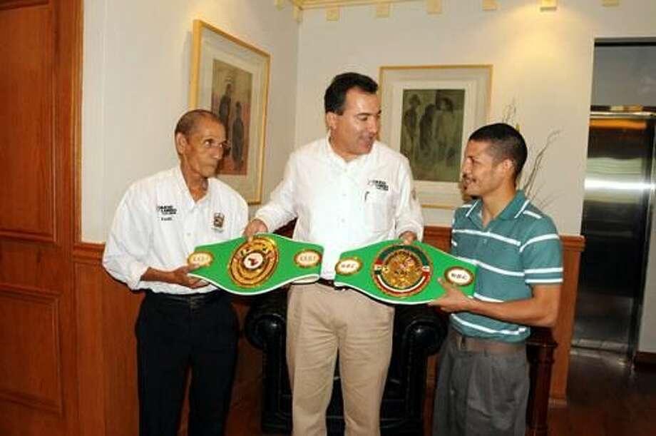 """El boxeador José """"Matador"""" Cabrera presenta sus cintos ante Raúl Romero de Boxeo Estatal y el Jefe de Gobierno Ramón Garza Barrios."""