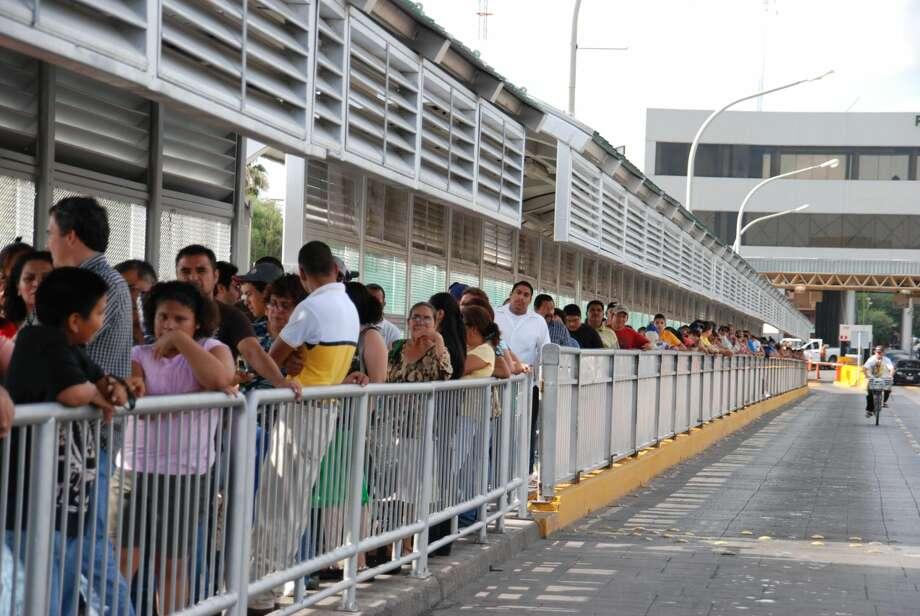 Las personas en el puente peatonal llegan a hacer hasta dos horas de fila. Foto por Miguel Timoshenkov