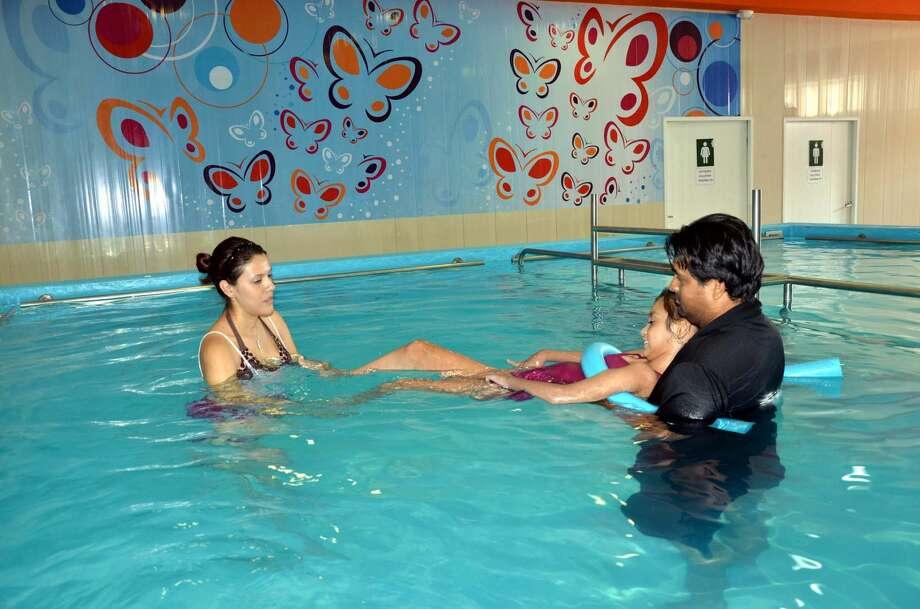 Foto de cortesía Una adolescente recibe un tratamiento de terapia en alberca en el CRI de Nuevo Laredo, México, parte del programa de aplicación de la Toxina Botulínica que realiza el DIF.