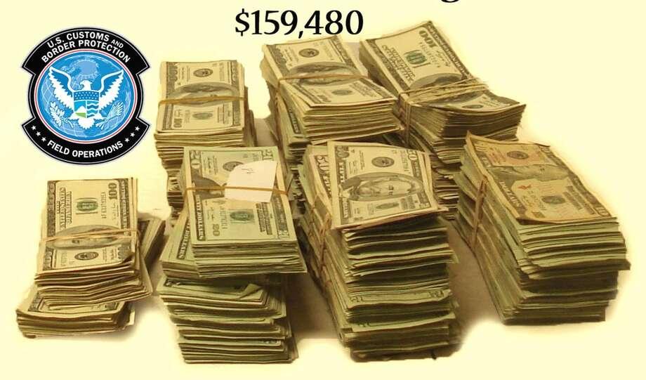 La imagen muestra billetes que llevaba un usuario del carril SENTRI, originario de Nuevo Laredo, México. El hombre falló en reportar la cantidad total. (Foto de cortesía)